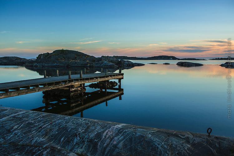 Spegelblank skymning blå timmen vid Ut-Fredel i Stockholms ytterskärgård