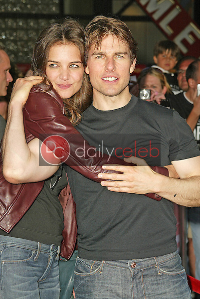Katie Holmes and Tom Cruise<br /> at the &quot;War of the Worlds&quot; Los Angeles Premiere, Chinese Theater, Hollywood, CA 06-27-05<br /> David Edwards/DailyCeleb.Com 818-249-4998