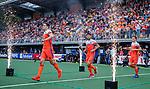 Den Bosch  -  Jonas de Geus (Ned) , Glenn Schuurman (Ned) en Jorrit Croon (Ned)   betreden  het veld voor   de Pro League hockeywedstrijd heren, Nederland-Belgie (4-3).    COPYRIGHT KOEN SUYK