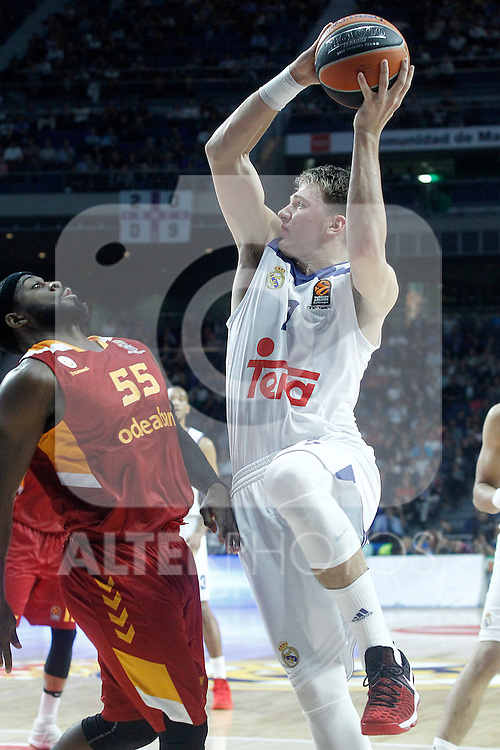 Real Madrid's Luka Doncic (r) and Galatasaray Odeabank Istambul's Justin Dentmon during Euroleague, Regular Season, Round 5 match. November 3, 2016. (ALTERPHOTOS/Acero)