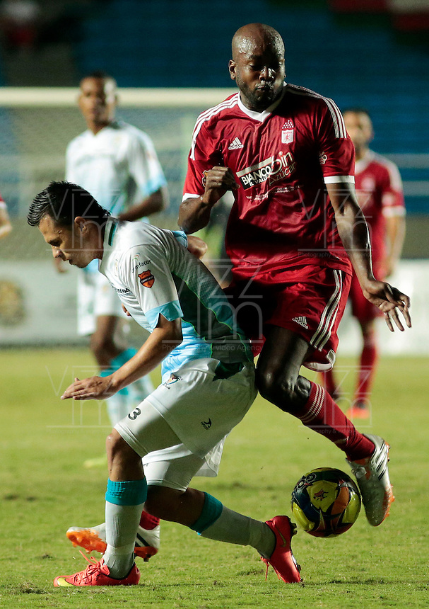 CALI -COLOMBIA-11-AGOSTO-2014. Jose Castillo  del America de Cali (Der) disputa el balon con Leonardo Saldana de Jaguares FC de Monteria , partido del Torneo Postobon cuarta fecha jugado en el estadio Pascual Guerrero.  / Jose Castillo of America de Cali (R) fights for the ball with FC Jaguares Leonardo Saldana Monteria, Postobon Tournament match played in the fourth round Pascual Guerrero stadium Photo: VizzorImage / Juan Carlos Quintero / Stringer