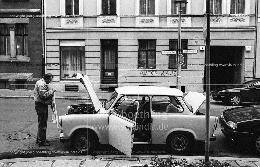 DEUTSCHLAND, Berlin Ost, Ost Auto Trabant Strassenreparatur, an Hauswand slogan Autos Raus / GERMANY, former GDR, East Berlin, Grosse Hamburger Strasse, road side repair of east german car Trabant