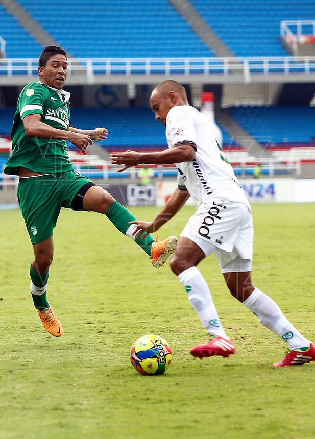 CALI - COLOMBIA -20-04-2014: Cristian Marrugo (Izq.) jugador de Deportivo Cali disputa el balón con Elvis Gonzalez (Der.) jugador de La Equidad durante  partido Deportivo Cali y La Equidad por la fecha 18 de la Liga Postobon I 2014 en el estadio Pascual Guerrero de la ciudad de Cali. / Cristian Marrugo (L) player of Deportivo Cali fights for the ball with Elvis Gonzalez (R) player of La Equidad during a match between Deportivo Cali and La Equidad for the date 18th of the Liga Postobon I 2014 at the Pascual Guerrero stadium in Cali city. Photo: VizzorImage / Juan C Quintero / Str.