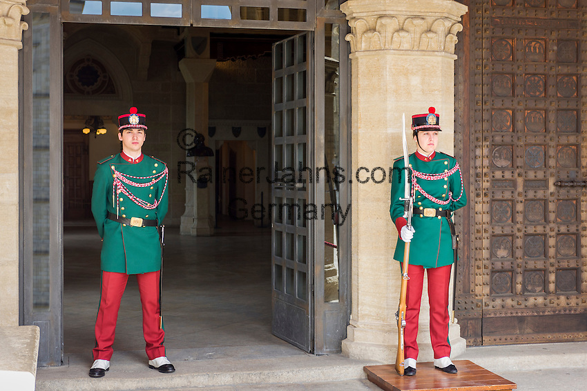 Republic of San Marino, San Marino City: members of the Guard of the Rock in front of the Palazzo Pubblico, seat of the national Government in the Piazza della Libertà | Republik San Marino, San Marino Stadt: Wachen der Guard of the Rock vorm Regierungspalast auf der Piazza della Libertà