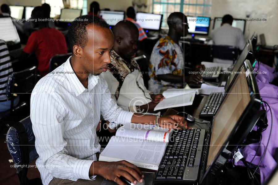 KENIA Fluechtlingslager Kakuma in der Turkana Region , hier werden ca. 80.000 Fluechtlinge vom UNHCR versorgt, JRS Jesuit Refugee Service, Computer Training und Fernstudium fuer Fluechtlinge / KENYA Turkana Region, refugee camp Kakuma, where 80.000 refugees receive shelter and food from UNHCR, JRS Jesuit Refugee Service, Computer Training for refugees