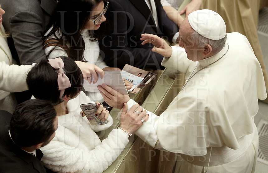 Papa Francesco saluta coppie di sposi novelli al termine dell'Udienza Generale del mercoledi' in aula Paolo VI in Vaticano, 20 dicembre 2017.<br /> Pope Francis greets just married couples at the end of his weekly general audience in Paul VI Hall at the Vatican, on December 20, 2017.<br /> UPDATE IMAGES PRESS/Isabella Bonotto<br /> <br /> STRICTLY ONLY FOR EDITORIAL USE