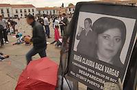 TUNJA - COLOMBIA -09-04-2014: Cientos de personas se manifestaron en las ciudades del país en el Dia Nacional de las Victimas, en Colombia en el conflicto armado se han involucrado la guerrilla, los paramilitares, las bandas de narcotráfico, las fuerzas militares, los cuales han dejado unos seis millones de personas afectadas de las cuales unos cinco millones son desplazados, según un informe de la Organización de las Naciones Unidas (ONU).  Hundreds of people marched in cities around the country on the National Day of Victims in Colombia in armed conflict have involved the guerrillas, paramilitaries, drug gangs, the military, which have left some six million affected people of which five million are displaced, according to a report from the Organization of the United Nations (UN). Photo: VizzorImage  / Jose M. Palencia / Str.