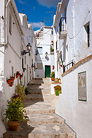 Spanien, Andalusien, Provinz Málaga, Costa del Sol, Frigiliana: weisses Dorf am Fusse der Sierra de Almija, schmale Gasse | Spain, Andalusia, Costa del Sol, Frigiliana: pueblo blanco at Sierra de Almija mountains, narrow lane