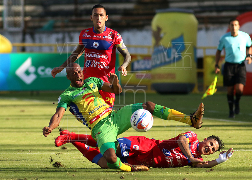 NEIVA-COLOMBIA-18-04-2018: Edwar Lopez (Izq.) jugador de Atletico Huila disputa el balón con Michael Ortega (Der.) jugador de Deportivo Pasto, durante partido entre Atletico Huila y Deportivo Pasto, de la fecha 16 por la Liga Aguila, I 2018 en el estadio Guillermo Plazas Alcid de Neiva. / Edwar Lopez (L), player of Atletico Huila vies for the ball with Michael Ortega (R) player of Deportivo Pasto, during a match of the 16th date for the Liga Aguila I 2018 at the Guillermo Plazas Alcid Stadium in Neiva city. Photo: VizzorImage  / Sergio Reyes / Cont.