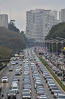 SÃO PAULO, SP, 12.09.2014 – TRÂNSITO EM SÃO PAULO: Trânsito na Av. 23 de Maio, próximo ao Parque do Ibirapuera, zona sul de São Paulo na tarde desta sexta feira. (Foto: Levi Bianco / Brazil Photo Press).