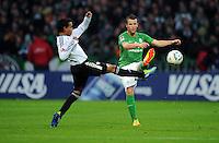 FUSSBALL   1. BUNDESLIGA   SAISON 2011/2012    16. SPIELTAG SV Werder Bremen - VfL Wolfsburg          10.12.2011 Yohandry Orozco (li, VfL Wolfsburg) gegen Lukas Schmitz (re, SV Werder Bremen)