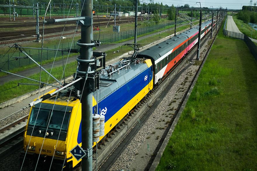 Nederland, Bleiswijk, 17 mei 2015<br /> Hogesnelheidslijn ter hoogte van Breda. Een gewone trein rijdt over het traject naar Brussel, in plaats van de hogesnelheidstrein Fyra<br /> <br /> Foto: Michiel Wijnbergh