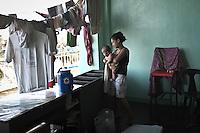 Monic et sa famille on tout perdu, s'ils ont de quoi se faire à manger et de quoi s'habiller maintenant c'est grâce aux aides humanitaires qui aident les nombreux sans abris de Tacloban. Tacloban, Novembre 2013. VIRGINIE NGUYEN HOANG