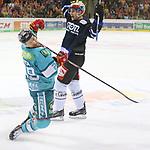 Schwenningens PhilipMcrae (Nr.4)  gegen Duesseldorfs Alex Barta (Nr.29) beim Spiel in der DEL, Duesseldorfer EG (hell) - Schwenninger Wild Wings (dunkel).<br /> <br /> Foto © PIX-Sportfotos *** Foto ist honorarpflichtig! *** Auf Anfrage in hoeherer Qualitaet/Aufloesung. Belegexemplar erbeten. Veroeffentlichung ausschliesslich fuer journalistisch-publizistische Zwecke. For editorial use only.