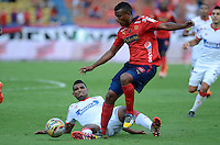 MEDELLÍN -COLOMBIA-24-05-2015. Jefferson Mena (Der) del Independiente Medellin disputa el balón con Luis Narvaez (Izq) jugador de Atlético Junior durante partido de vuelta por los cuartos de final de la Liga Águila I 2015 jugado en el estadio Atanasio Girardot de la ciudad de Medellín./ Jefferson Mena (R) player of Independiente Medellin vies for the ball with Luis Narvaez (L) player of  Atletico Junior during the second leg match for the final quarters of the Aguila League I 2015 played Atanasio Girardot stadium in Medellin city. Photo: VizzorImage/León Monsalve/STR