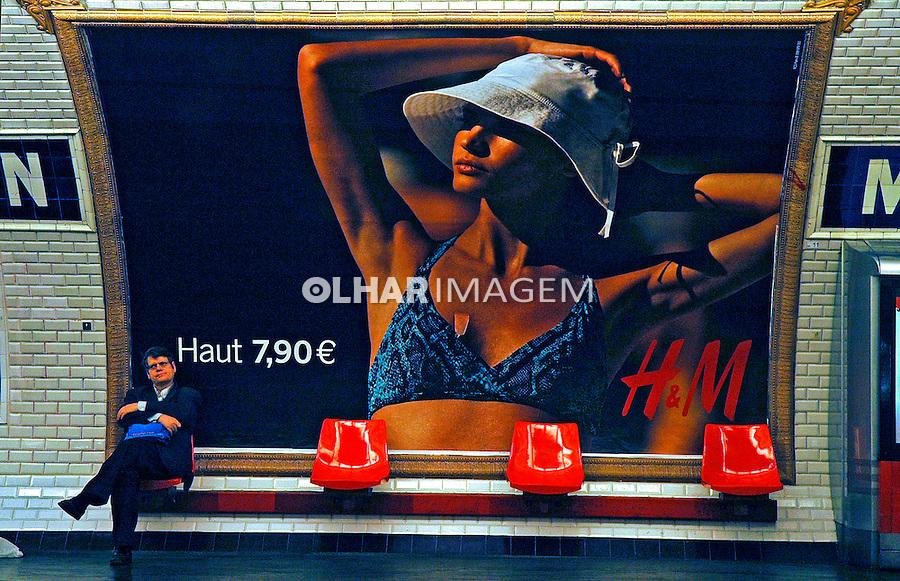 Publicidade no metrô de Paris. França. 2005. Foto de Dudu Cavalcanti.