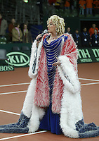 10-2-06, Netherlands, tennis, Amsterdam, Daviscup.Netherlands Russia, Dutch entertainer Karin Bloemen sings the national antum