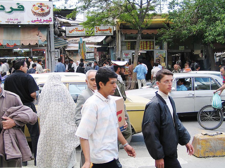 Iran 2004 Sanandaj: la foule dans une rue commercante<br /> Iran 2004 Sanandaj: people in the street<br />  ئیران سالی 2004 ، خه لک له نیو شه قامیک که بازار و دوکانی تیدایه