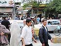 Iran 2004<br /> Sanandaj: la foule dans une rue commercante<br /> Iran 2004<br /> Sanandaj: people in the street<br />  ئیران سالی 2004 ، خه لک له نیو شه قامیک که بازار و دوکانی تیدایه