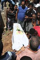 RIO DE JANEIRO, RJ, 17.03.2014 - VELORIO CLAUDIA FERREIRA DA SILVA -<br /> Velório e sepultamento de Cláudia Ferreira da Silva, na manhã desta segunda-feira (17), no cemitério de Irajá, Zona Norte do Rio de Janeiro. Cláudia foi arrastada pela viatura de policiais militares após ser baleada no último domingo (16), no Morro da Congonha, em Madureira, Zona Norte da cidade. (Foto: Celso Barbosa / Brazil Photo Press).