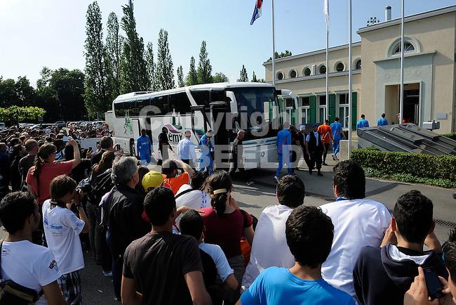 LAUSANNE - Trainingskamp Nederlands Elftal in Zwitserland in het Stade Juan-Antonio Samaranch, voorbereiding EK 2012, 23-05-2012, Spelers arriveren bij trainingsaccomodatie opgewacht door de fans