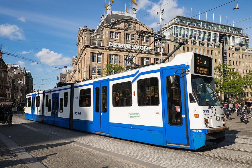 Nederland, Amsterdam, 30 mei 2015<br /> Tram rijd over de Dam, met de Bijenkorf op de achtergrond.  <br /> Foto: Michiel Wijnbergh