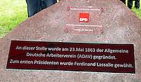 Enthüllung Gedenkstein mit Tafel zur Gründung der SPD vor 150 Jahren in Leipzig - im Bild: Der Stein mit den Tafeln in der Dresdner Straße in Leipzig. Foto: Norman Rembarz