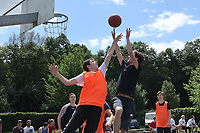 Nauheim 20.05.2017: Streetball-Turnier der Kinder- und Jugendf&ouml;rderung<br /> Samed vom Team Basket (orange) versucht zu verteidigen gegen Flo vom Team Boxxer<br /> Foto: Vollformat/Marc Sch&uuml;ler, Sch&auml;fergasse 5, 65428 R'heim, Fon 0151/11654988, Bankverbindung KSKGG BLZ. 50852553 , KTO. 16003352. Alle Honorare zzgl. 7% MwSt.