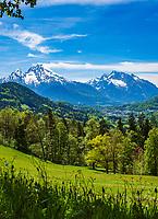 Deutschland, Bayern, Berchtesgadener Land, bei Oberau (Berchtesgaden): Blick ueber Berchtesgaden in die Berchtesgadener Alpen mit Watzmann (links) 2.713 m und Hochkalter 2.607 m (rechts)   Germany, Upper Bavaria, Berchtesgadener Land; near Oberau (Berchtesgaden): view across Berchtesgaden towards Berchtesgaden Alps with summits Watzmann 2.713 m (left) and Hochkalter 2.607 m (right)