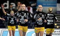 EHF Champions League Handball Damen / Frauen / Women - HC Leipzig HCL : SD Itxako Estella (spain) - Arena Leipzig - Gruppenphase Champions League - im Bild: Die Zwillingsschwestern Stefanie und Jacqueline Hummel beim Warmlaufen. Foto: Norman Rembarz .