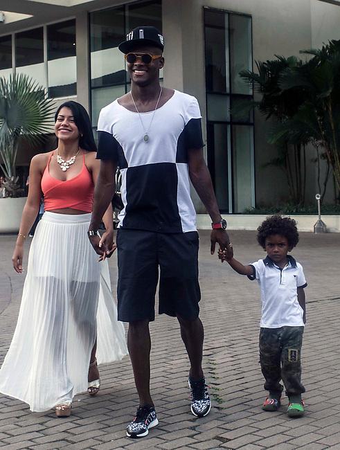 El delantero de la Selecci&oacute;n Colombia Victor Ibarbo, con su esposa Sirleni, su hijo Mart&iacute;n y su madre Consuelo, durante el d&iacute;a de descanso despu&eacute;s del partido de octavos final en el hotel Sofitel,  en Guaruja el 29  de junio de 2014.<br /> <br /> Foto: Joaquin Sarmiento/Archivolatino<br /> <br /> COPYRIGHT: Archivolatino<br /> Solo para uso editorial. No esta permitida su venta o uso comercial.