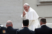 Papa Francesco saluta i fedeli al termine dell'udienza generale del mercoledi' in Piazza San Pietro, Citta' del Vaticano, 22 marzo, 2017.<br /> Pope Francis greets faithful at the end of his weekly general audience in St. Peter's Square at the Vatican, on March 22, 2017.<br /> UPDATE IMAGES PRESS/Isabella Bonotto<br /> <br /> STRICTLY ONLY FOR EDITORIAL USE