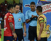 MEDELLÍN -COLOMBIA-23-11-2014. Ulises Arrieta, árbitro, realiza el sorteo de saque  con German Cano (Izq) capitan de Independiente Medellín y John J. Restrepo  (Der) capitan de Aguilas Pereira previo al partido por la fecha 3 de los cuadrangulares semifinales de la Liga Postobón II 2014 jugado en el estadio Atanasio Girardot de la ciudad de Medellín./ Ulises Arrieta, referee, makes the draw of kickoff with German Cano (L) captain of Independiente Medellin and John J. Restrepo (R) player of Aguilas Pereira during the match for the  third date of the semifinal quardrangular of Postobon League II 2014 at Atanasio Girardot stadium in Medellin city. Photo: VizzorImage/Luis Ríos/STR