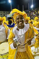 SANTOS, SP, 29.01.2016 - CARNAVAL- SANTOS - Integrantes da escola de samba Vila Mathias, durante desfile do Carnaval de Santos 2016 na Passarela do Samba Dráusio da Cruz, na zona noroeste em Santos/SP, nesta sexta-feira, 29. (Foto: Flavio Hopp / Brazil Photo Press)