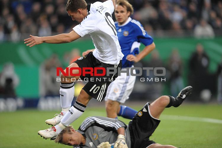 Fussball, L&auml;nderspiel, WM 2010 Qualifikation Gruppe 4  14. Spieltag<br />  Deutschland (GER) vs. Finnland ( FIN )<br /> <br /> <br /> <br /> Lukas Podolski ( GER / Koeln #10 ) gegen  Jussi J&auml;&auml;skel&auml;inen (Finnland # 01)<br /> <br /> Foto &copy; nph (  nordphoto  )<br />  *** Local Caption *** <br /> <br /> Fotos sind ohne vorherigen schriftliche Zustimmung ausschliesslich f&uuml;r redaktionelle Publikationszwecke zu verwenden.<br /> Auf Anfrage in hoeherer Qualitaet/Aufloesung