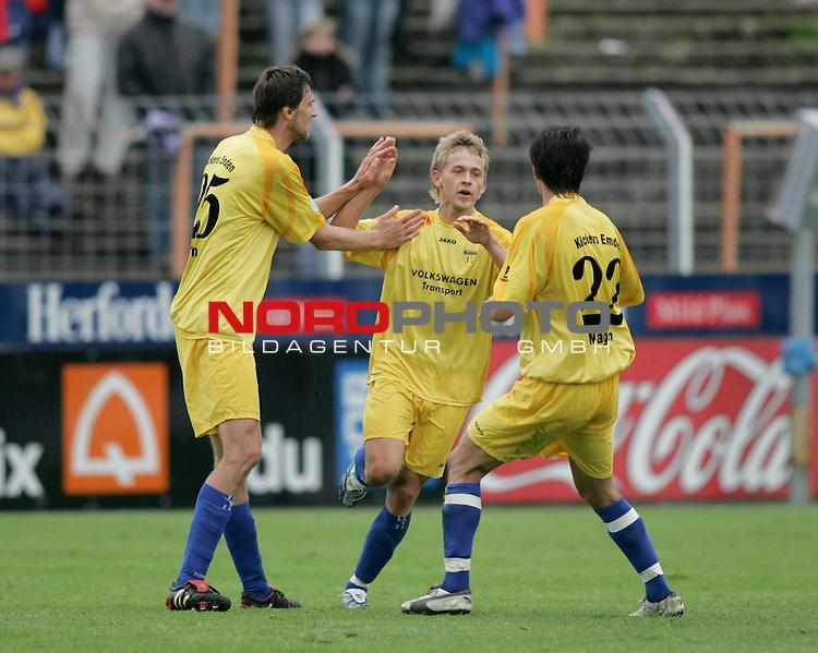 RLN 2005/2006 -  37. Spieltag - RŁckrunde, Osnatel-Arena<br /> VfL OsnabrŁck - BSV Kickers Emden.<br /> Oliver GlŲden (Emden, l) und Andy N&scaron;gelein (r) freuen sich mit dem TorschŁtzen zum 3:2, Martin Stahlberg (Mitte).<br /> Foto &copy; nordphoto