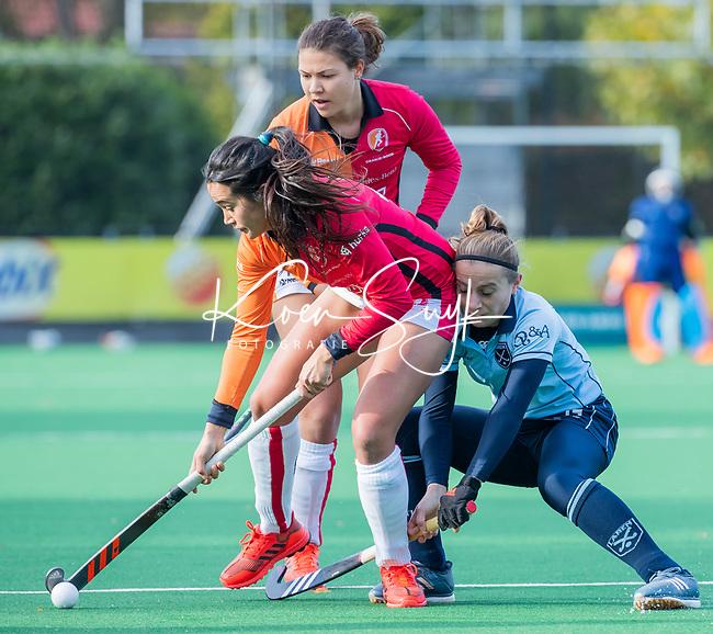 Laren - Maria Jimena Cedres Lobbosco (OR) met Klaartje de Bruijn (Lar)  tijdens de Livera hoofdklasse  hockeywedstrijd dames, Laren-Oranje Rood (1-3).  COPYRIGHT KOEN SUYK