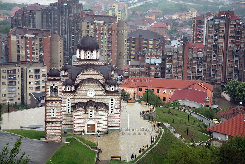 SERBIA - Mitrovica Città divisa in due dal fiume Ibar, a Nord abitata da Serbi e a sud da Kosovari albanesi Attualmente protetta da truppe internazionali della KFOR .La chiesa serbo ortodossa