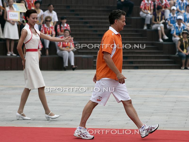 China, Peking, 7 augustus 2008 .Ceremonie van welkom Nederlandse Olympische ploeg .Een Chinese vrijwilligerster wijst Chef de mission Charles van Commenee de weg.