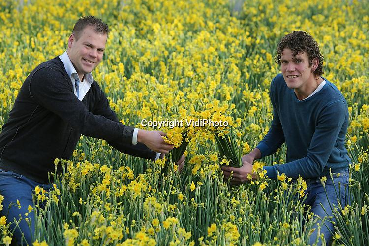 Foto: VidiPhoto<br /> <br /> VIJFHUIZEN &ndash; Bollenteeltbedijven Leenen uit Voorhout en Van der Slot uit Noordwijkerhout zijn de eerste Top Telers van Nederland. Dit duurzaamheidspredikaat werd hen dinsdag overhandigd door Sijas Akkerman van Natuur &amp; Milieu en adjunct-directeur Andr&eacute; Hoogendijk van de KAVB, de vakorganisatie van de bollensector. Op de Mechanisatietentoonstelling in Vijfhuizen, die van dinsdag tot en met donderdag wordt gehouden, lanceerden KAVB en Natuur &amp; Milieu samen het certificaat Top Teler, een duurzaamheidsscan voor bollentelers. Er zijn acht thema&rsquo;s waarop telers zich kunnen onderscheiden, vari&euml;rend van gewasbescherming tot werkplezier en van water tot energie. Leenen en Van der Slot hadden een dermate hoge duurzaamheidsscore, dat zij zijn uitgeroepen tot de eerste Top Telers van Nederland. Leenen is wereldleider op het gebied van narcissenteelt. Van der Slot is een innovatief bedrijf op het gebied van snijhyacinten. Bij de ontwikkeling van Top Teler is onder andere samengewerkt met PPO/WUR en Hogeschool Inholland.Foto: V.l.n.r. Jaco en Dirk Leenen.