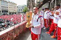 FUSSBALL  DFB POKAL FINALE  SAISON 2013/2014  18.05.2014 Der FC Bayern Muenchen feiert auf dem Rathausbalkon am Muenchner Marienplatz, Franck Ribery (Mitte) mit DFB Pokal und David Alaba