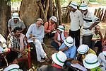 INDIA Chhattisgarh, Prof. Anil Gupta and NGO SRISTI discover on the walking tour Shodh Yatra local knowledge and inventions in the tribal villages of Bastar, farmer Tanadi / INDIEN Chhattisgarh , Prof. Anil Gupta und sein Team der NGO SRISTI erforschen lokales Wissen, Biodiversitaet und Erfindungen der lokalen Bevoelkerung auf der Shodh Yatra einer Wandertour durch Adivasi Doerfer in der Bastar Region, im Gespraech mit Farmer Tanadi