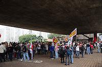 SÃO PAULO, SP, 24 DE SETEMBRO DE 2013 - GREVE BANCARIOS - Bancários se concentram no vão livre do Masp, para passeata na Avenida Paulista, na tarde desta terça feira, 24. A categoria está em greve por melhores salários. FOTO: ALEXANDRE MOREIRA / BRAZIL PHOTO PRESS