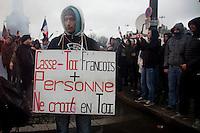 manifestante con cartello invitante Hollande a dimissionare