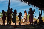 &Iacute;ndias Kalapalo e crian&ccedil;as na Aldeia Aiha no Parque Ind&iacute;gena do Xingu | Kalapalo women and children at Aiha Village in the Xingu Indigenous Park<br /> <br /> LOCAL: Quer&ecirc;ncia, Mato Grosso, Brasil <br /> DATE: 07/2009 <br /> &copy;Pal&ecirc; Zuppani