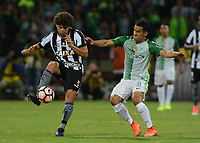 MEDELLÍN -COLOMBIA-13-04-2017. Diego Arias (Der) jugador de Atlético Nacional de Colombia disputa el balón con Camilo (Izq) jugador de Botafogo de Brasil durante partido por la fecha 2, fase de grupos, de la Copa CONMEBOL Libertadores Bridgestone 2017 jugado en el estadio Atanasio Girardot de la ciudad de Medellín. / Diego Arias (R) player of Atletico Nacional of Colombia fights for the ball with Camilo (L) player of Botafogo of Brasil during match for the date 2, group  phase, of the Copa CONMEBOL Libertadores Bridgestone 2017 played at Atanasio Girardot stadium in Medellin city. Photo: VizzorImage/ León Monsalve /Cont