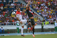 BARRANQUILLA - COLOMBIA, 20-07-2014. Neri Bareiro jugador del Atletico Junior disputa el balón con Dimitar Berbatov jugador del AS Monaco durante partido por la Copa Euroamericana 2014 disputado en el estadio Metropolitano Roberto Melendez de la ciudad de Barranquilla./ Neri Bareiro player of Atletico Junior fights the ball with Dimitar Berbatov player of AS Monaco during match for the Euroamerican Cup 2014 played at Roberto Melendez Metropolitano stadium in Barranquilla City. Photo: Alfonso Cervantes / Str