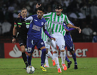 MEDELLÍN -COLOMBIA-08-05-2014. Alejandro Bernal (Der) de Atlético Nacional de Colombia disputa el balon con Mathias Cardaccio (Izq) de Defensor Sporting de Uruguay durante el partido de ida por los cuartos de final de la Copa Bridgestone Libertadores 2014 jugado en el estadio Atanasio Girardot de Medellín, Colombia./ Alejandro Bernal (R) player of Atletico Nacional of Colombia battles for the ball with Mathias Cardaccio (L) of Defensor Sporting of Uruguay during first leg match for the quaterfinals of the Copa Libertadores championship 2014 played at Atanasio Girardot stadium in Medellin, Colombia. Photo: VizzorImage/ Luis Ríos /STR