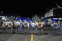 SAO PAULO, SP, 24 DE FEVEREIRO 2012 - DESFILE DAS CAMPEÃS DO CARNAVAL SP - ACADÊMICOS DO TATUAPÉ: Policiais Militares fazem a segurança do desfile da escola de samba Acadêmicos do Tatuapé no desfile das Campeãs do Carnaval 2012 de São Paulo, no Sambódromo do Anhembi, na zona norte da cidade, neste sábado.(FOTO: LEVI BIANCO - BRAZIL PHOTO PRESS).