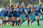 BLOEMENDAAL  - Vreugde bij Pinoke na een doelpunt,  tijdens de hoofdklasse competitiewedstrijd vrouwen , Bloemendaal-Pinoke (1-2) . Anouk Stam (Pinoke)    COPYRIGHT KOEN SUYK